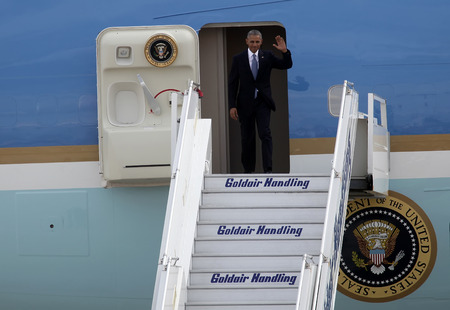 united states air force: Athens, Greece, Nov 15, 2016:U.S. President Barack Obama arrives at the Athens International Airport. President Barack Obama arrived in Greece  on the first stop of his final foreign tour as president