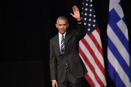 Atenas, Grecia 16 Nov, 2016: olas presidente de Estados Unidos Barack Obama a la multitud mientras éste le da un discurso en la nueva ópera de Atenas el miércoles Foto de archivo - 65923364
