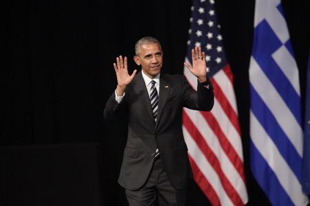 Athènes, Grèce, le 16 novembre 2016: vagues Le président américain Barack Obama à la foule comme il prononce un discours au nouvel opéra d'Athènes mercredi Éditoriale