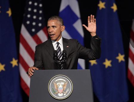 Athènes, Grèce, le 16 novembre 2016: vagues Le président américain Barack Obama à la foule comme il prononce un discours au nouvel opéra d'Athènes mercredi Banque d'images - 65923367