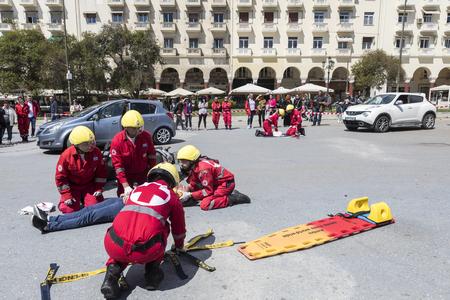 paciente en camilla: Tesalónica, Grecia - 9 de abril 2017 de primeros auxilios, la liberación víctima en un accidente de coche y el casco demostración de eliminación por el equipo de rescate de la Cruz Roja Griega Editorial