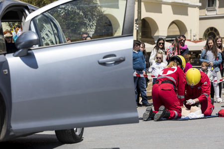 paciente en camilla: Thessaloniki , Greece - April 9, 2017: First aid, victim liberation in an car accident and helmet removal demonstration by the Hellenic Red Cross rescue team Editorial
