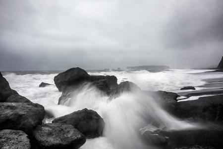 Météo Stormy à Reynisfjara volcanique Plage Banque d'images