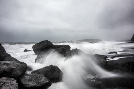 Reynisfjara 화산 해변의 폭풍우 날씨