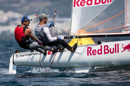 bateau de course: Thessalonique, Grèce - 30 août 2017: Des yachts d'athlètes en action lors des championnats du monde Tornado Open 2017, Global Mixed et Youth, Éditoriale