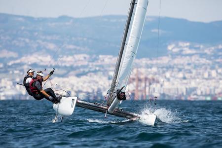"""Salonicco, Grecia - 30 agosto 2017: gli atleti in yachts in azione durante """"2017 Tornado Open World, mondiali misti e giovani campionati"""""""