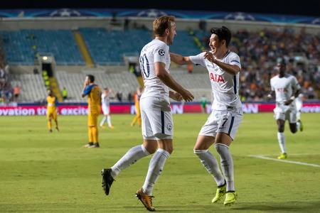 Nicosia, Cyprus - Sutter 26, 2017: De spelers van Tottenham Harry Kane (L), Heung-Min Son (R) vieren tijdens de UEFA Champions League-wedstrijd tussen APOEL VS Tottenham Hotspur