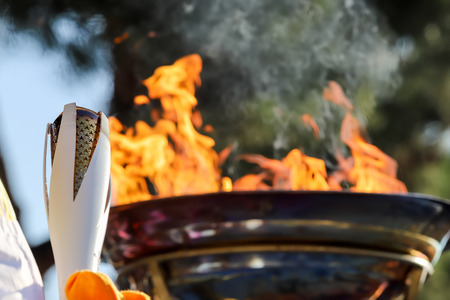 테살로니키, 그리스, 2017 년 10 월 27 일 : 동계 올림픽 성화 릴레이 테살로니키에 도착했다. 고대 올림피아에서 탄생 한 불꽃은 평양에서 2018 동계 올림