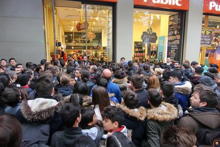Saloniki, Grecja - 25 listopada 2016 r. Ludzie czekają przed domem towarowym podczas okazji zakupów w Czarny piątek w Salonikach na północy Grecji. Publikacyjne