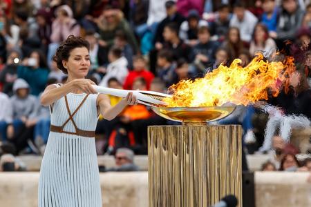 アテネ, ギリシャ - 10 月 31,2017: オリンピック聖火は、2018 年 2 月 9-25 日平昌 (韓国) のオリンピックの主催者に手渡されました。パナシナイコ パナシ