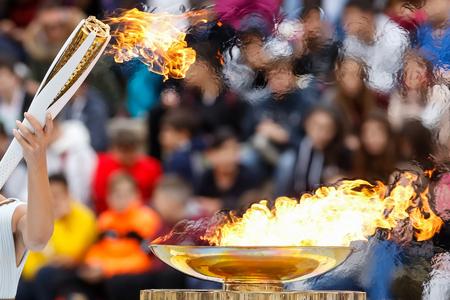Atenas, Grecia - 31 de octubre de 2017: la llama olímpica fue entregada a los organizadores de los Juegos Olímpicos de Invierno de Pyeongchang (Corea del Sur) del 9 al 25 de febrero de 2018. La ceremonia se celebró en el estadio Panathenaic Kallimarmaro. Foto de archivo - 89159802