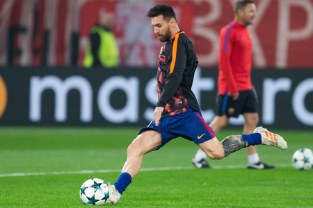 Pireo, Grecia - 31 de octubre de 2017: Jugador de Barcelona Lionel Messi en la acción durante el juego de la liga de campeones de UEFA entre Olympiacos contra FC Barcelona en el estadio de Georgios Karaiskakis Foto de archivo - 91152137
