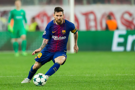 Pireo, Grecia - 31 de octubre de 2017: Jugador de Barcelona Lionel Messi durante el juego de la liga de campeones de UEFA entre Olympiacos contra FC Barcelona en el estadio de Georgios Karaiskakis Editorial
