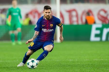 Pireus, Grecja - 31 października 2017: Gracz Barcelony Lionel Messi podczas meczu Ligi Mistrzów UEFA między Olympiakos vs Fc Barcelona na stadionie Georgios Karaiskakis Publikacyjne