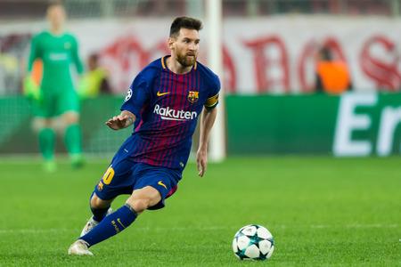 Pireo, Grecia - 31 de octubre de 2017: Jugador de Barcelona Lionel Messi durante el juego de la liga de campeones de UEFA entre Olympiacos contra FC Barcelona en el estadio de Georgios Karaiskakis