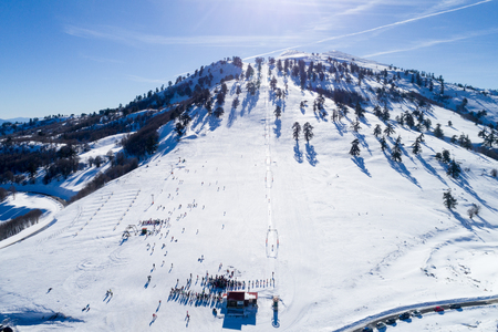 Aerial View of skiers at Ski Resort Vasilitsa in the mountain range of Pindos, in Greece. Éditoriale