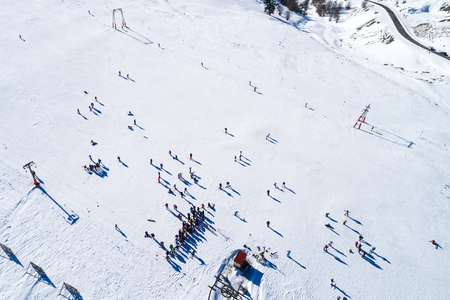 Aerial View of skiers at Ski Resort Vasilitsa in the mountain range of Pindos, in Greece. Banque d'images