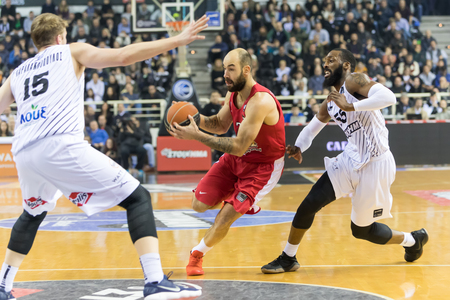 Thessaloniki, Greece, January 7, 2018: Player of Olympiacos Vassilis Spanoulis (C) and player of PAOK Lucky Jones (R) in action during the Greek Basket League game Paok vs Olympiacos in Paok Sports Arena Stadium Редакционное