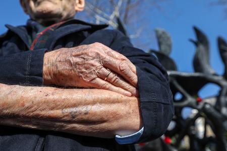테살로니키, 그리스 2018 년 1 월 28 일 : 홀로 코스트 생존자 Heinz Kounio는 2 차 세계 대전 중 유태인의 박해 행사에서 팔에 문신을 한 일련 번호를 보여줍