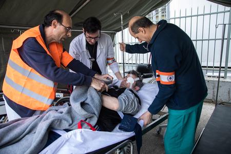 Salónica, Grecia - 16 de febrero de 2018: Paramédicos tratan a evacuar a pacientes y heridos en el hospital durante el ejercicio por terremoto