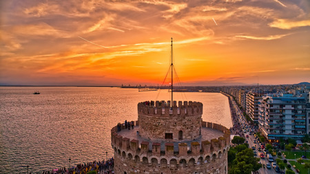 Luftaufnahme des berühmten weißen Turms von Thessaloniki bei Sonnenuntergang, Griechenland. Bild aufgenommen mit Aktionsdrohnenkamera. HDR-Bild