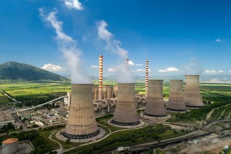 Vue aérienne de l'usine de production d'énergie électrique avec de gros tuyaux à Kozani, dans le nord de la Grèce.