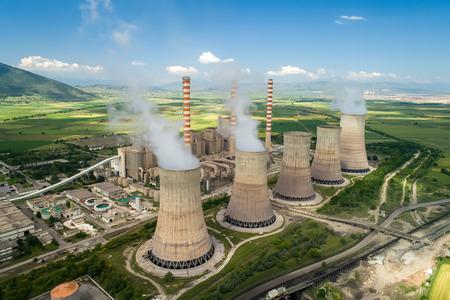 Luchtfoto van de fabriek die elektrische energie produceert met grote pijpen in Kozani in Noord-Griekenland. Stockfoto