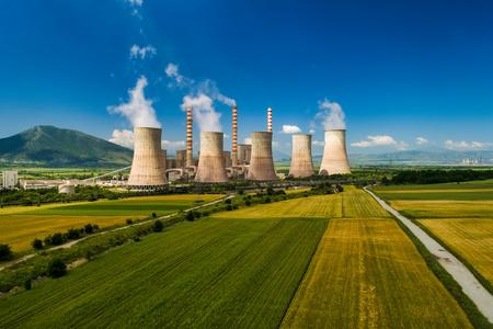 Vista aérea de la planta que produce energía eléctrica con grandes tuberías en Kozani, en el norte de Grecia. Foto de archivo