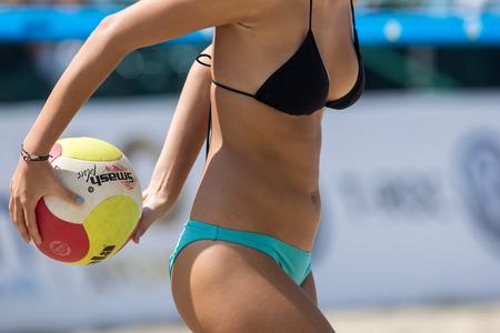 Thessaloniki - Griechenland 8. Juni 2018: Nahaufnahme auf einer Hand, die den Volleyball während der hellenischen Meisterschaft Beach Volley Masters 2018 am aristotelischen Platz hält