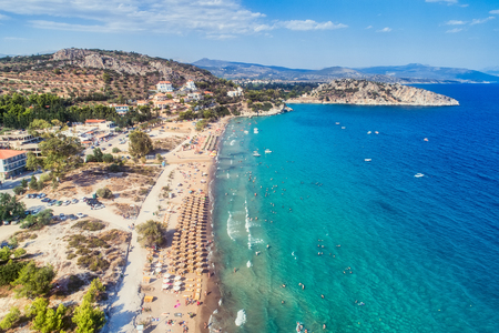 """La vista superior de la playa de Tolo o """"Psili Ammos"""" es de los centros turísticos más populares de Argolida en el Peloponeso, Grecia"""