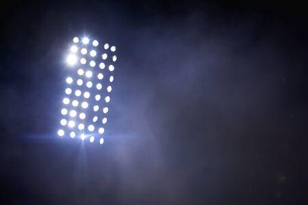 Fußballstadion beleuchtet Reflektoren mit Rauch. Fußballfeld