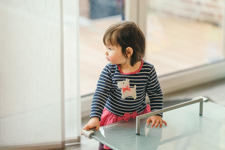huishoudelijke veiligheid van de kinderen. meisje aan de tafel met de bescherming op de hoeken
