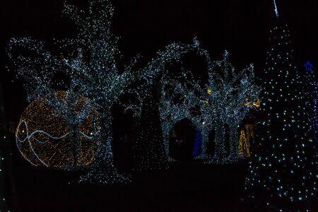 Kolorowe ozdoby świąteczne i światła nocą, wystrój świąteczny Nowego Roku, miasto Warna, Bułgaria - główny plac
