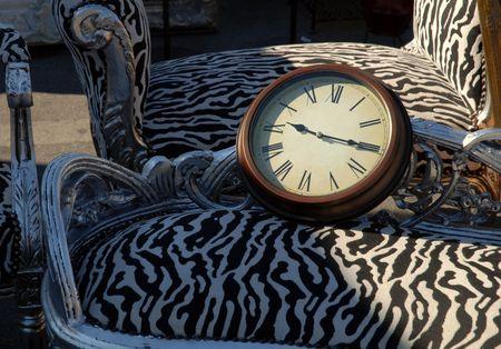 orologio da parete: Orologio da parete su vecchie sedia