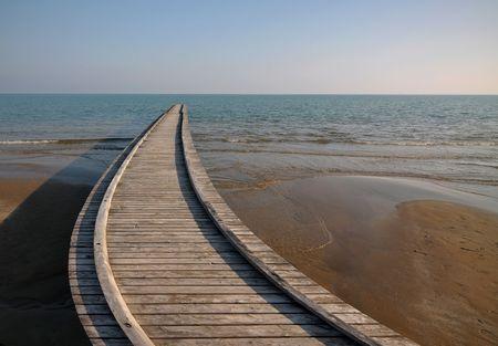 Digitally manipulated image of a wooden pier on the seashore. Standard-Bild