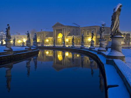 Padua, Italien: Prato della Valle Quadrat nachts abgedeckt im Schnee Standard-Bild - 6449413