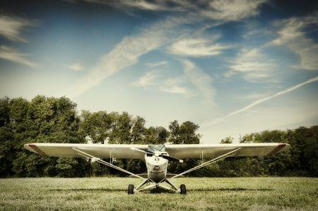 Kleine Flugzeug geparkt in einer Wiese Standard-Bild - 6479638
