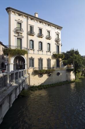 neocl�sico: Padua de Italia: Edificio de estilo neocl�sico a lo largo de un canal Foto de archivo