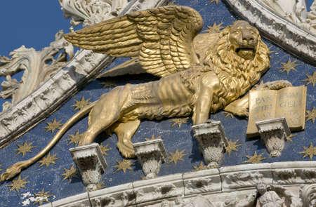 leon con alas: Venecia león con alas de oro en la fachada de la catedral de San Marcos