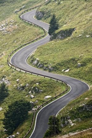 Country road on Alps Standard-Bild