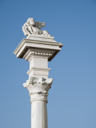 leon con alas: Antigua estatua del león alado en una columna anterior
