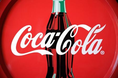 colas: Padova, Italia - 22 luglio 2012: Coca Cola con il marchio di vassoio con famosi scritti e disegni bottiglia. Coca-Cola � una bevanda di fama mondiale prodotto da The Coca-Cola Company di Atlanta. Oggetto di propriet�, girato in studio.