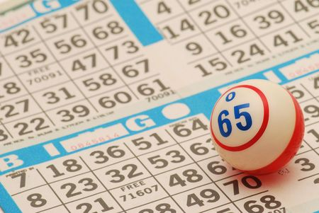bingo: Bingo pelota en la tarjeta Foto de archivo