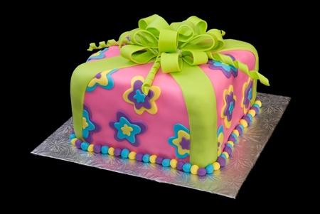 Kleurrijke pakket Cake geïsoleerd op zwart