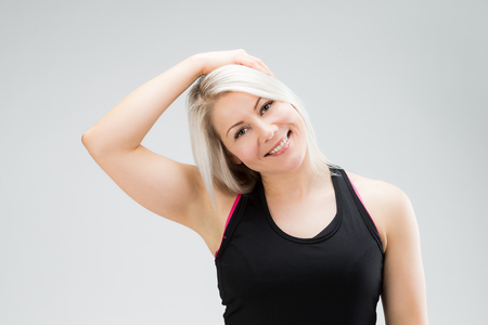 stretching: fitness mujer pelo rubio