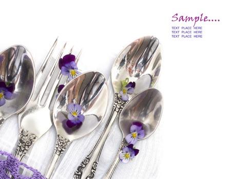 スミレと装飾のスプーンやフォークを持つメニュー 写真素材