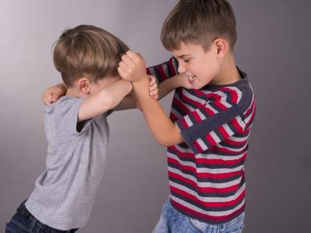 형제 사이의 싸움 스톡 콘텐츠