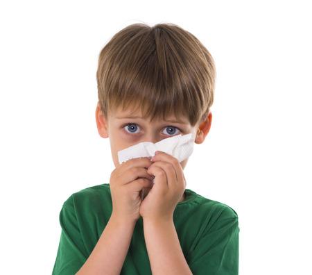 少年は彼の鼻を拭く
