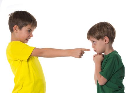 chicos discutiendo