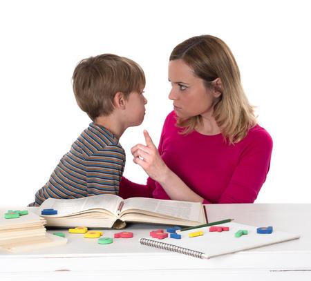 若い生徒 doesn の t が、彼を脅かしている彼の母に直面する彼を学びたいです。